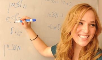 девушка пишет на иврите