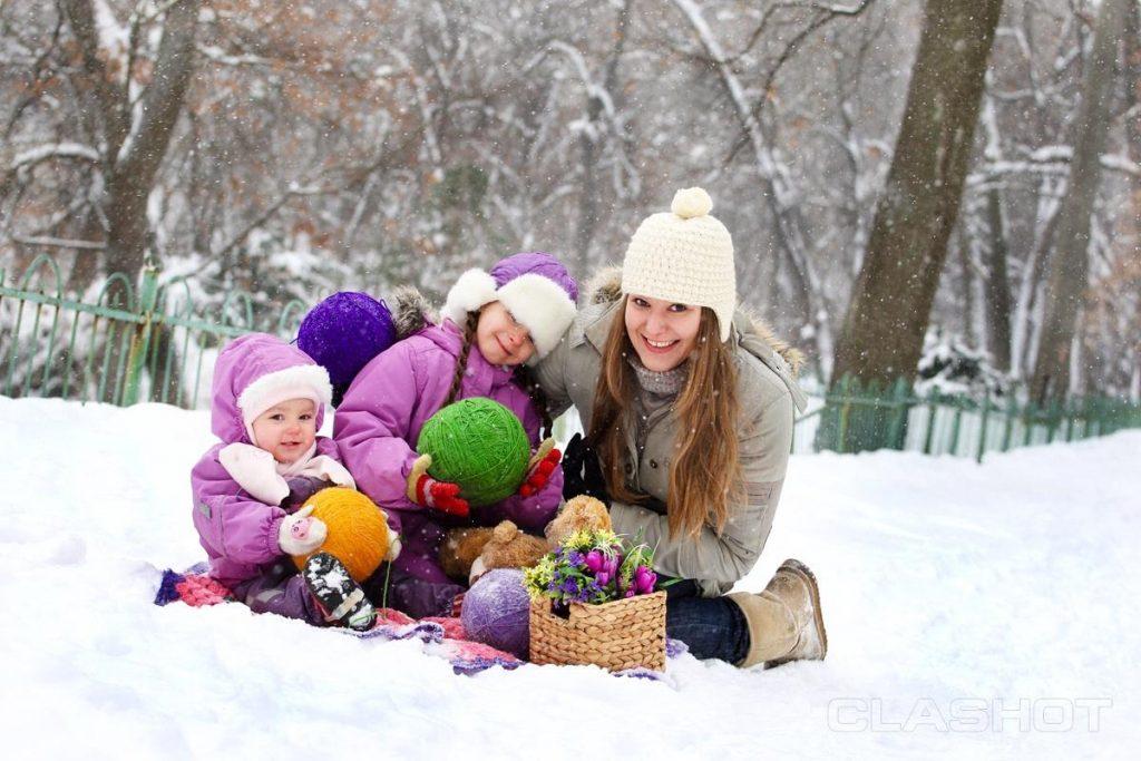 на снегу мама с детьми