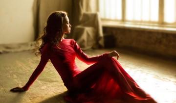 девушка в длинном платье сидит на полу