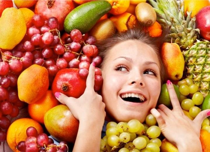 Девушка во фруктах