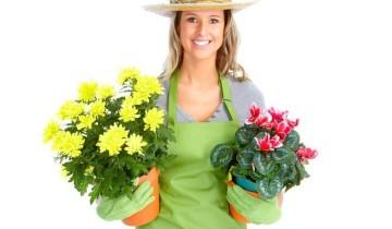 в шляпе и с цветами