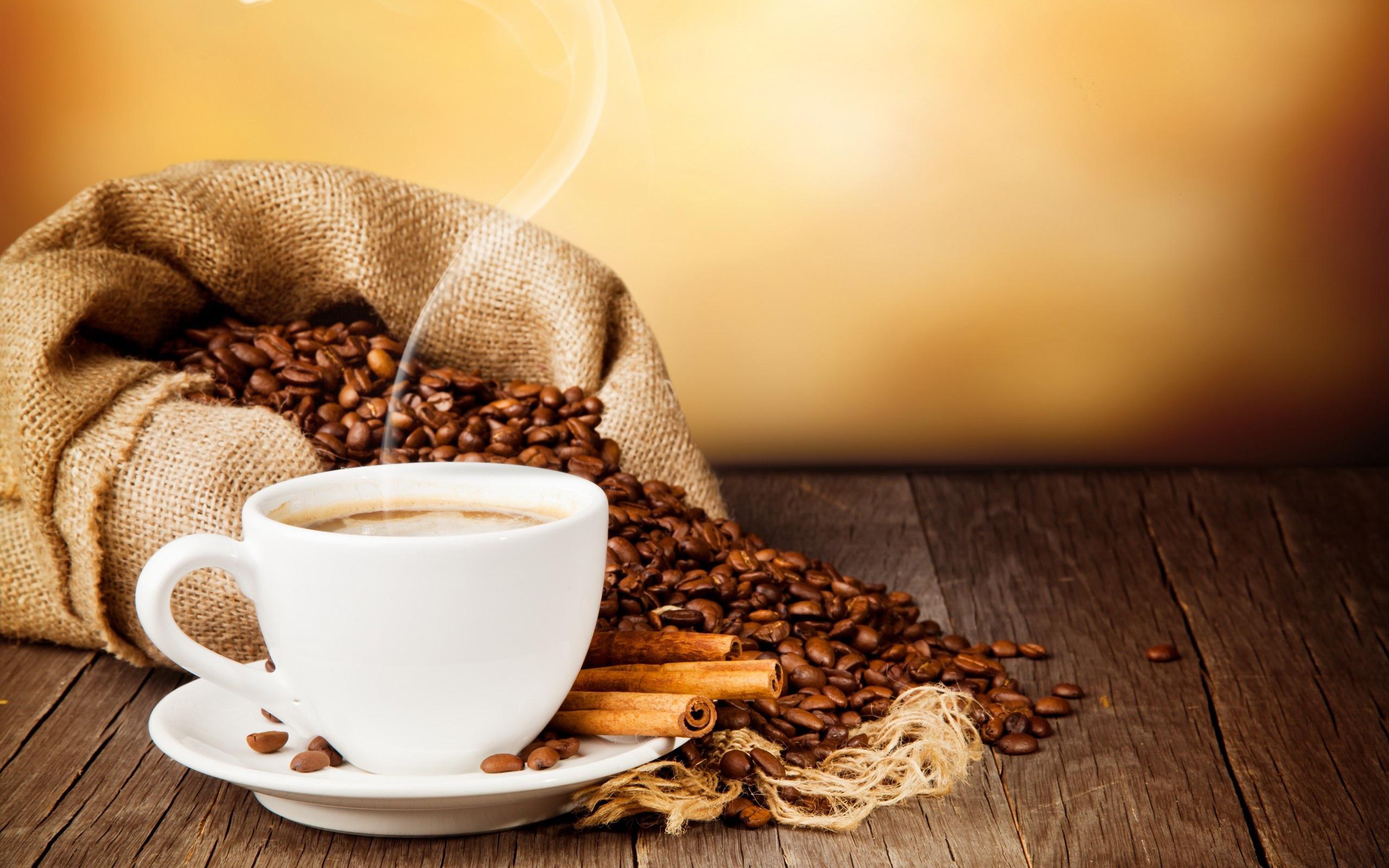 чашечка и зерна кофе