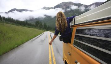 девушка путешествует одна