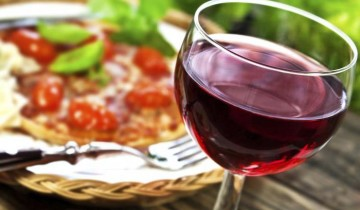 бокал с вином не переднем плане