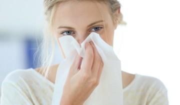 вытирает нос белым платком