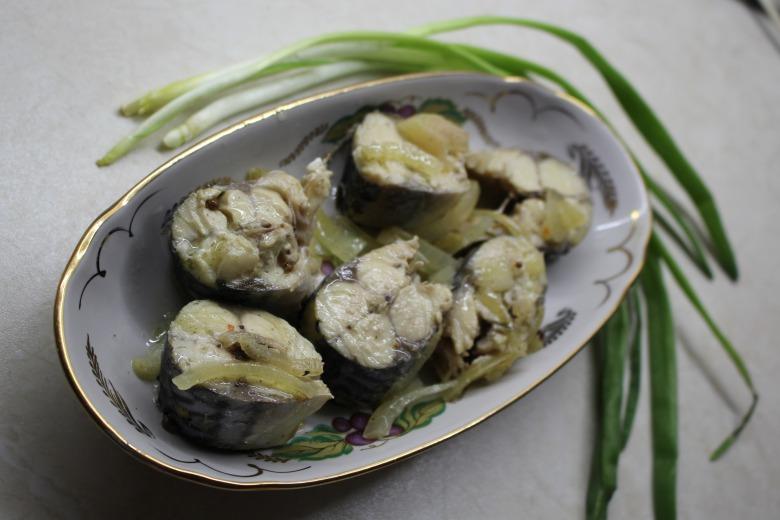зеленый лук возле тарелки