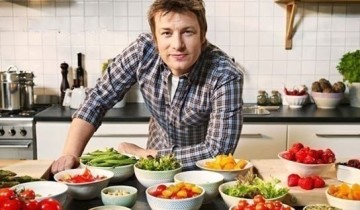 мужчина возле стола с тарелками
