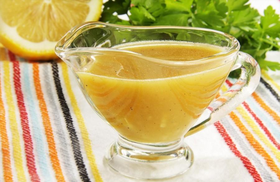 желтый соус, разрезанный лимон