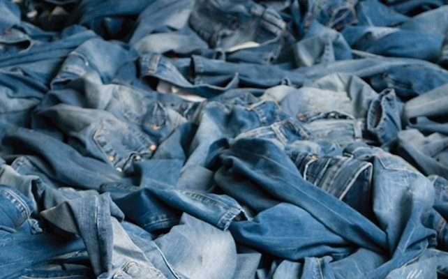 куча джинсов