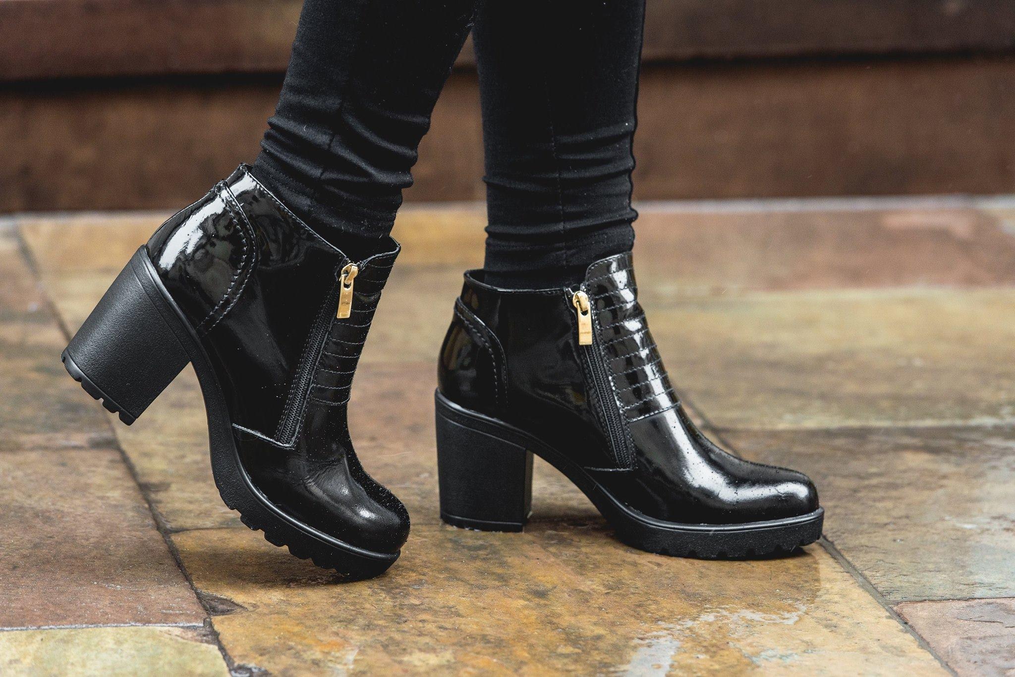 ноги в черных ботинках