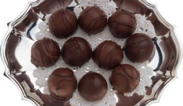 круглые конфетки на блюде на салфетке
