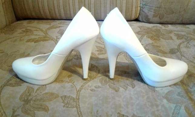 белые туфли на диване