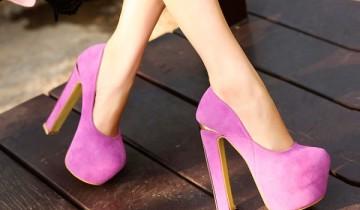 ноги в розовых туфлях