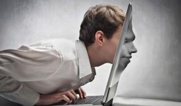 лицо в мониторе ноутбука