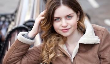 девушка в светло-коричневой дубленке