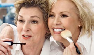 Дамы   делают макияж