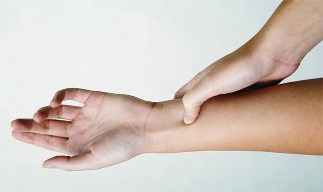 палец на запястье