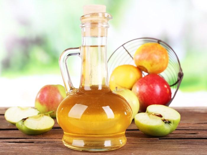 графин, яблоки