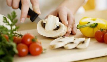 нарезают грибы