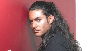 парень с длинными волосами