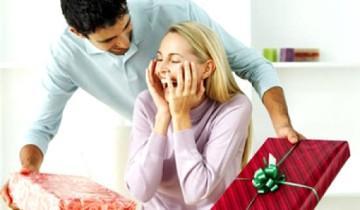 мужчина дарит подарки