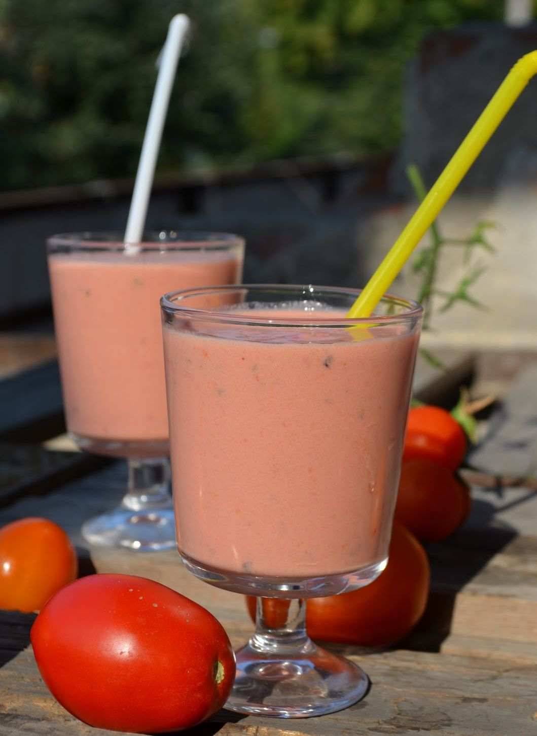 желтая и белая соломинки в бокалах, помидоры