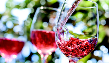 три бокала с розовым вином